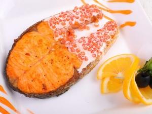 Стейк семги под икорным соусом (порция 330гр)